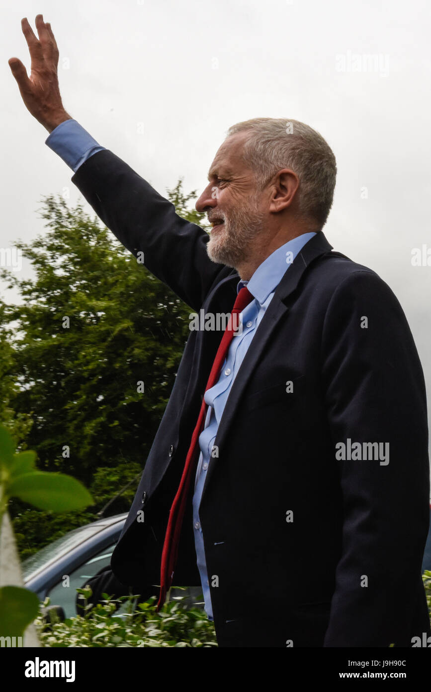 York, UK. 2nd June, 2017. Labour leader Jeremy Corbyn visits York Science Park and waves at supporters ahead of - Stock Image