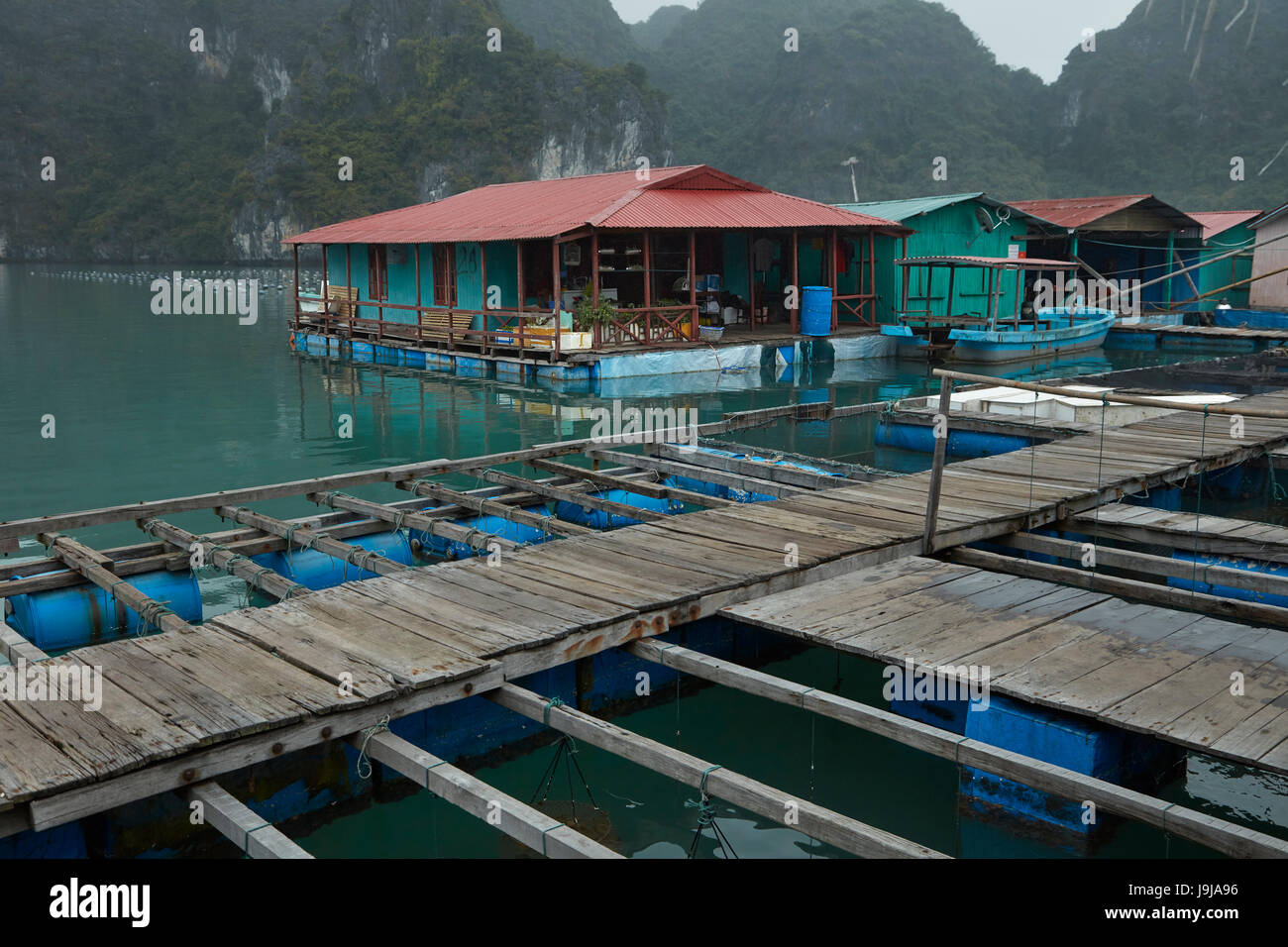 Pearl farm and limestone karsts, Ha Long Bay (UNESCO World Heritage Site ), Quang Ninh Province, Vietnam Stock Photo