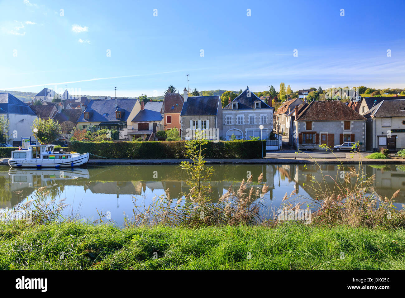 France, Cher, Menetreol-sous-Sancerre, the village and the small port on the canal lateral a la Loire - Stock Image