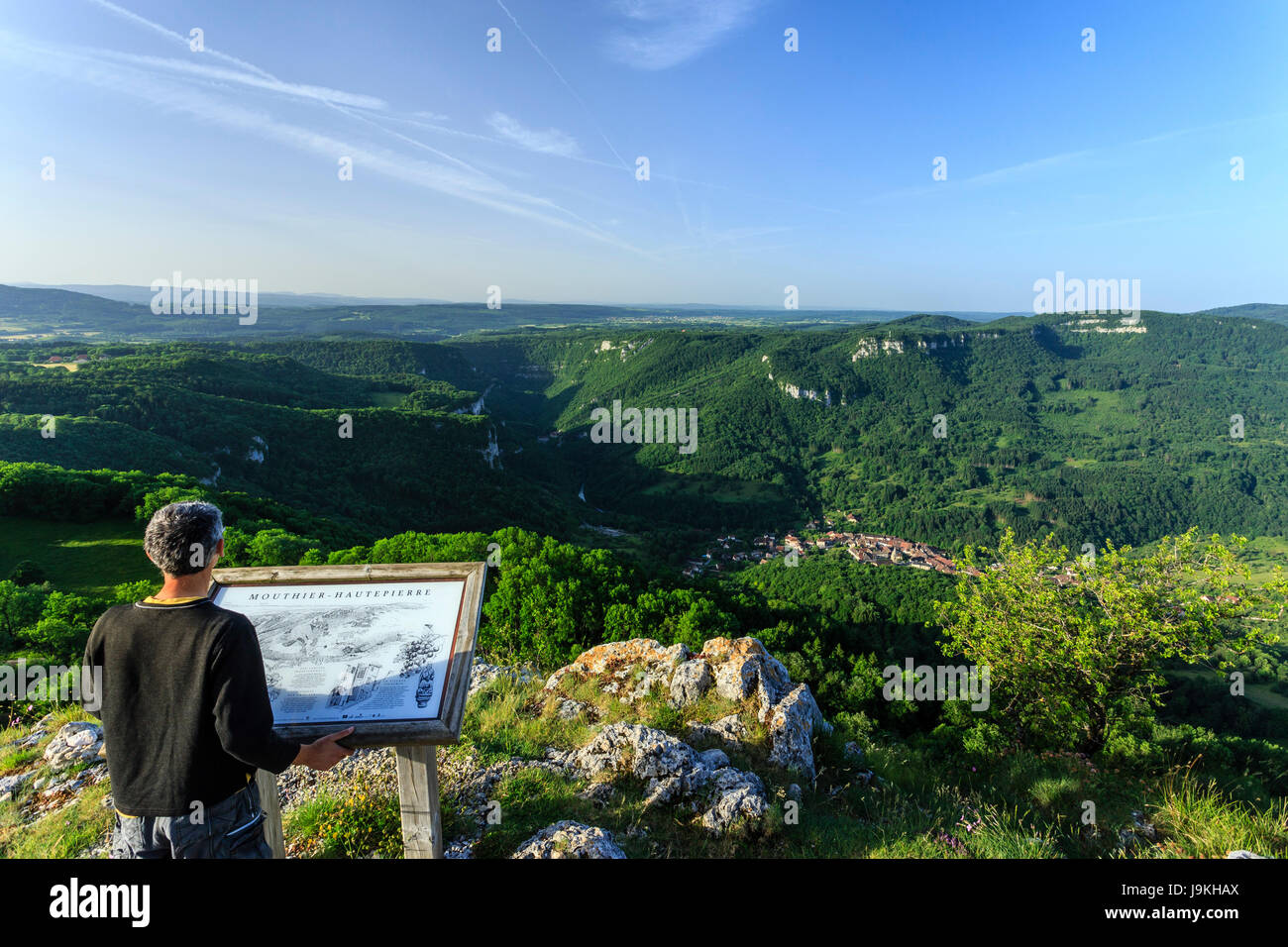 France, Doubs, Mouthier Haute Pierre, Roche de Hautepierre lookout, view on the Loue valley and the village of Mouthier - Stock Image