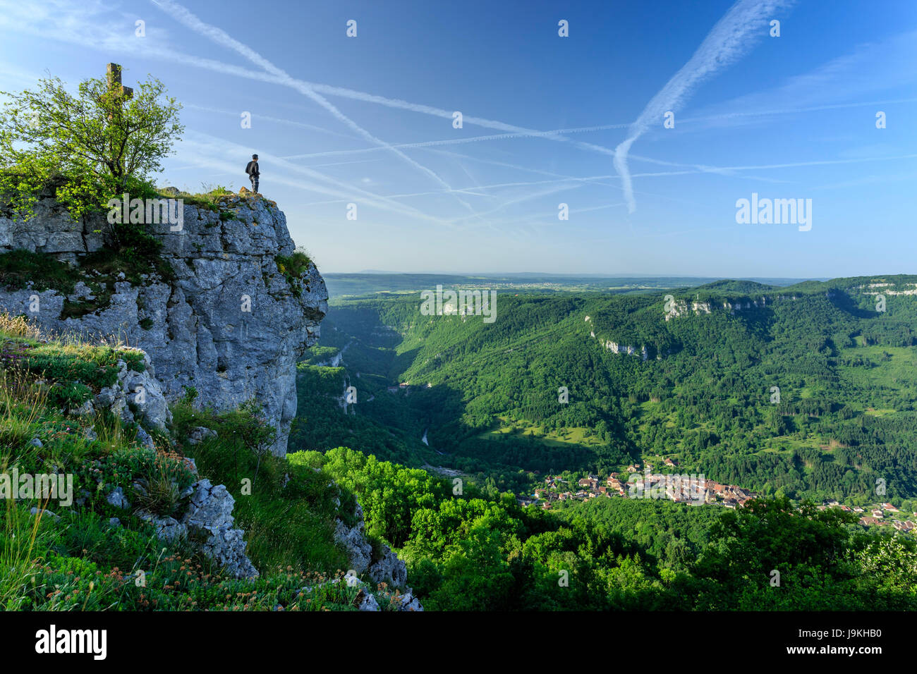 France, Doubs, Mouthier Haute Pierre, Roche de Hautepierre lookout point on the Loue valley and the village of Mouthier - Stock Image