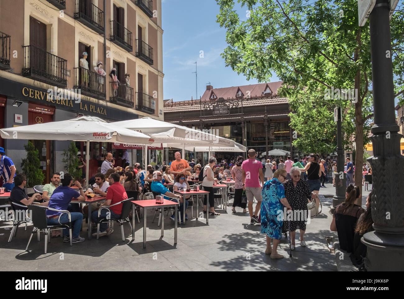 Outdoor cafes next to the popular indoor food market Mercado De San Miguel (Market of San Miguel), Plaza de San - Stock Image