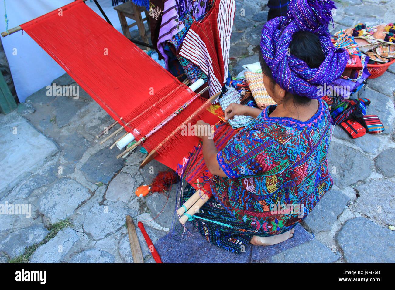 Mujer Maya elaborando textiles con telar de cintura.  Maya woman making textiles with waist loom, pueblo de Santa - Stock Image