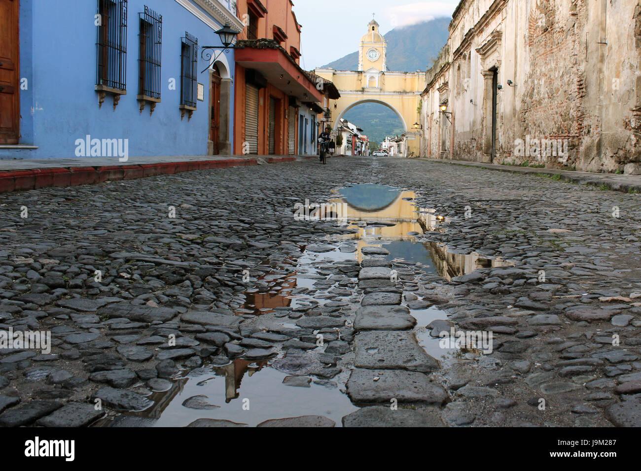 Calle empedrada de La Antigua Guatemala, importante ciudad colonial de américa, patrimonio cultural de la humanidad Stock Photo