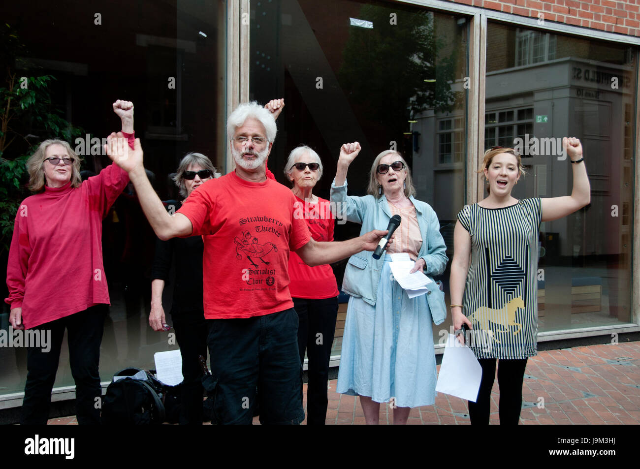 LSE. Support from the Strawberry Thief Socialist choir for a lunchtime rally to support the strike by cleaners for - Stock Image