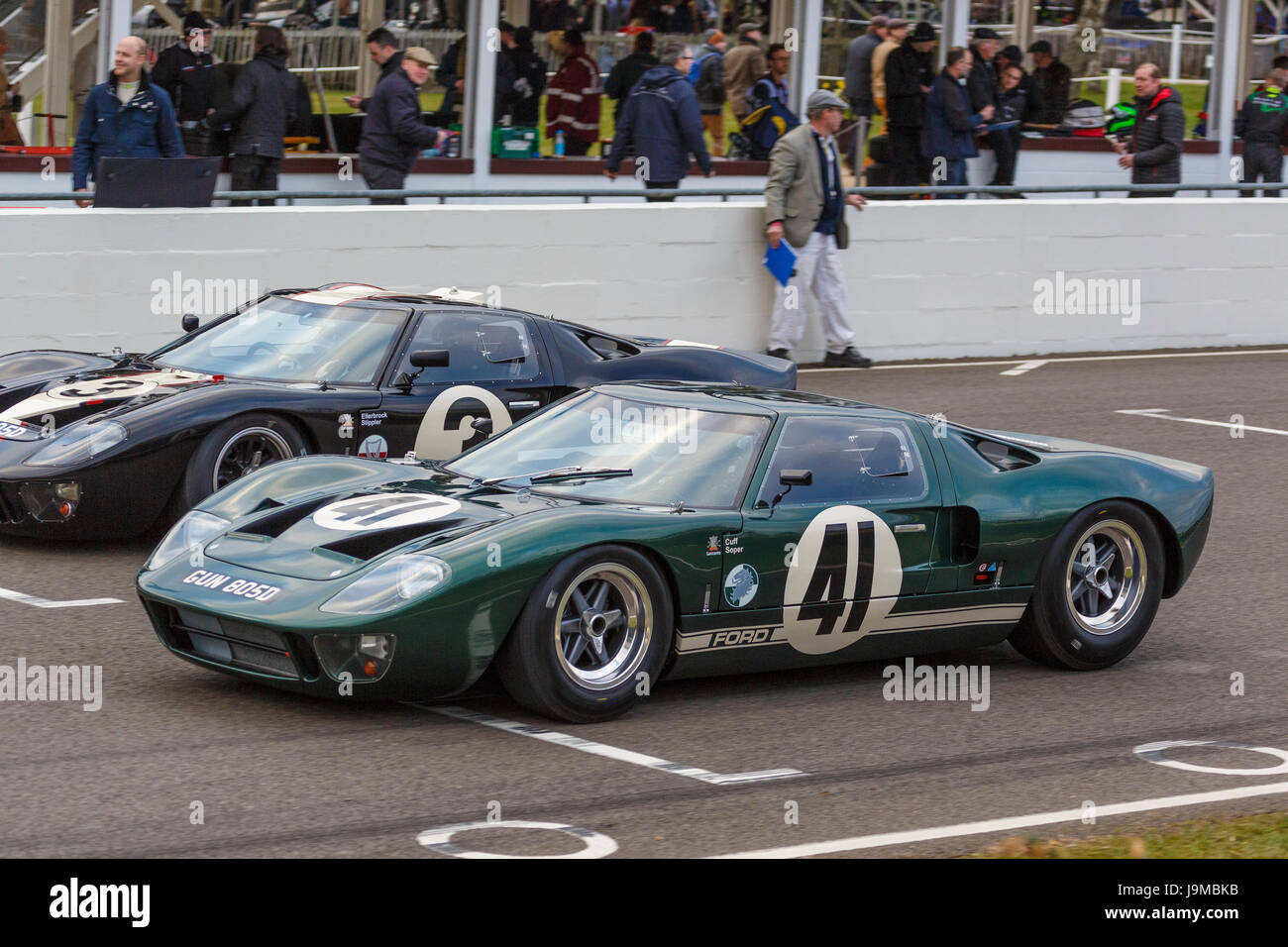 1965 Ford GT40s of David Cuff and Frank Stippler on the grid for the Alan Mann Trophy race at the Goodwood GRRC - Stock Image