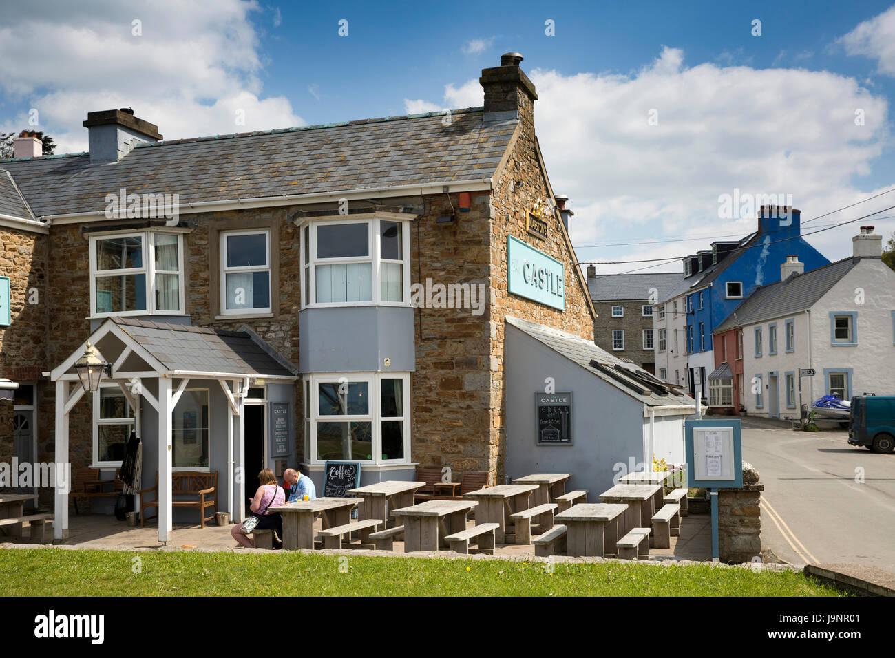 UK, Wales, Pembrokeshire, Little Haven, Grove Place, the Castle public house in village centre - Stock Image