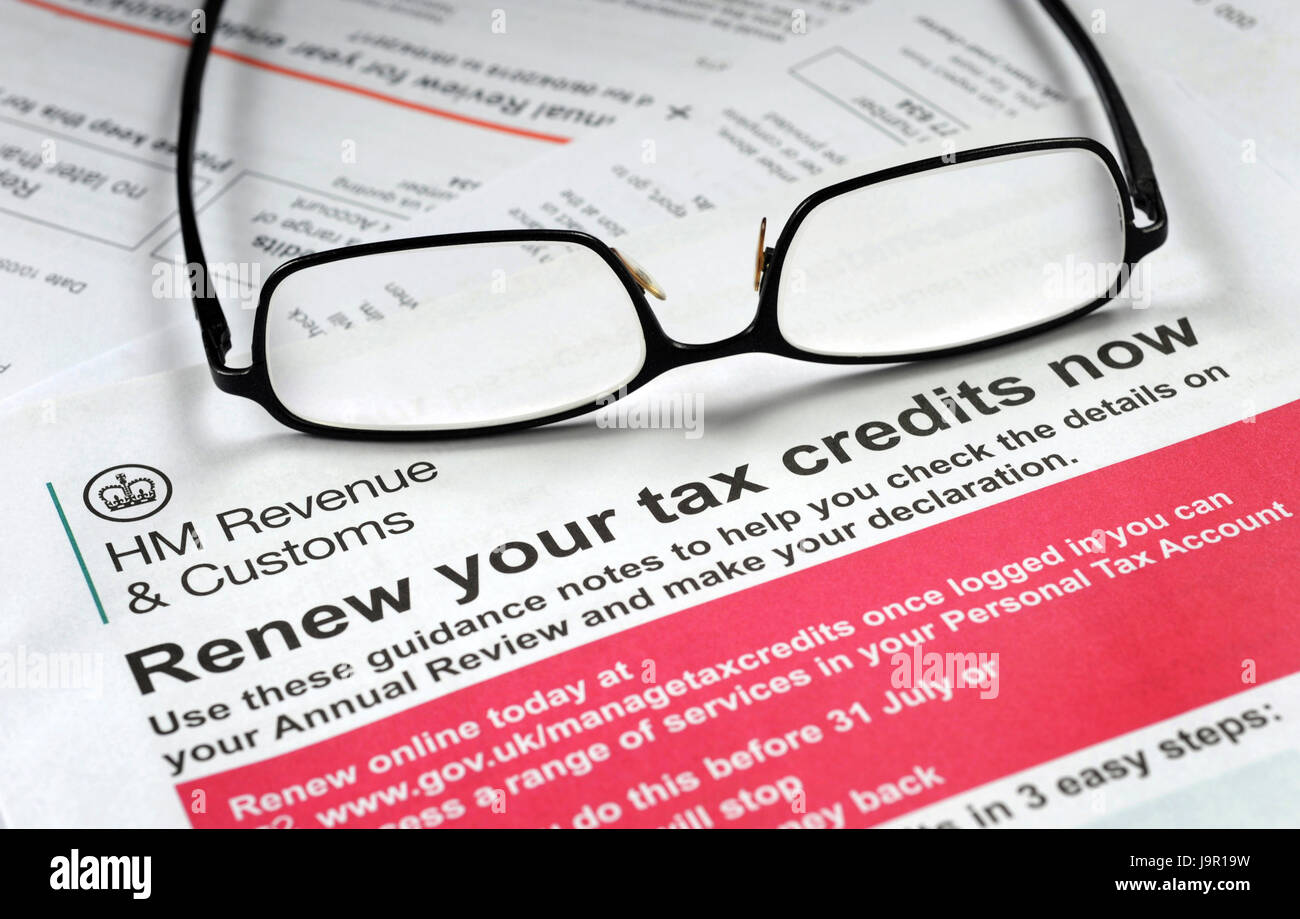 HMRC RENEW YOUR TAX CREDITS NOW APPLICATION FORM WITH SPECTACLES RE TAXES FAMILY INCOME WAGES LIVING WAGE BENEFITS - Stock Image