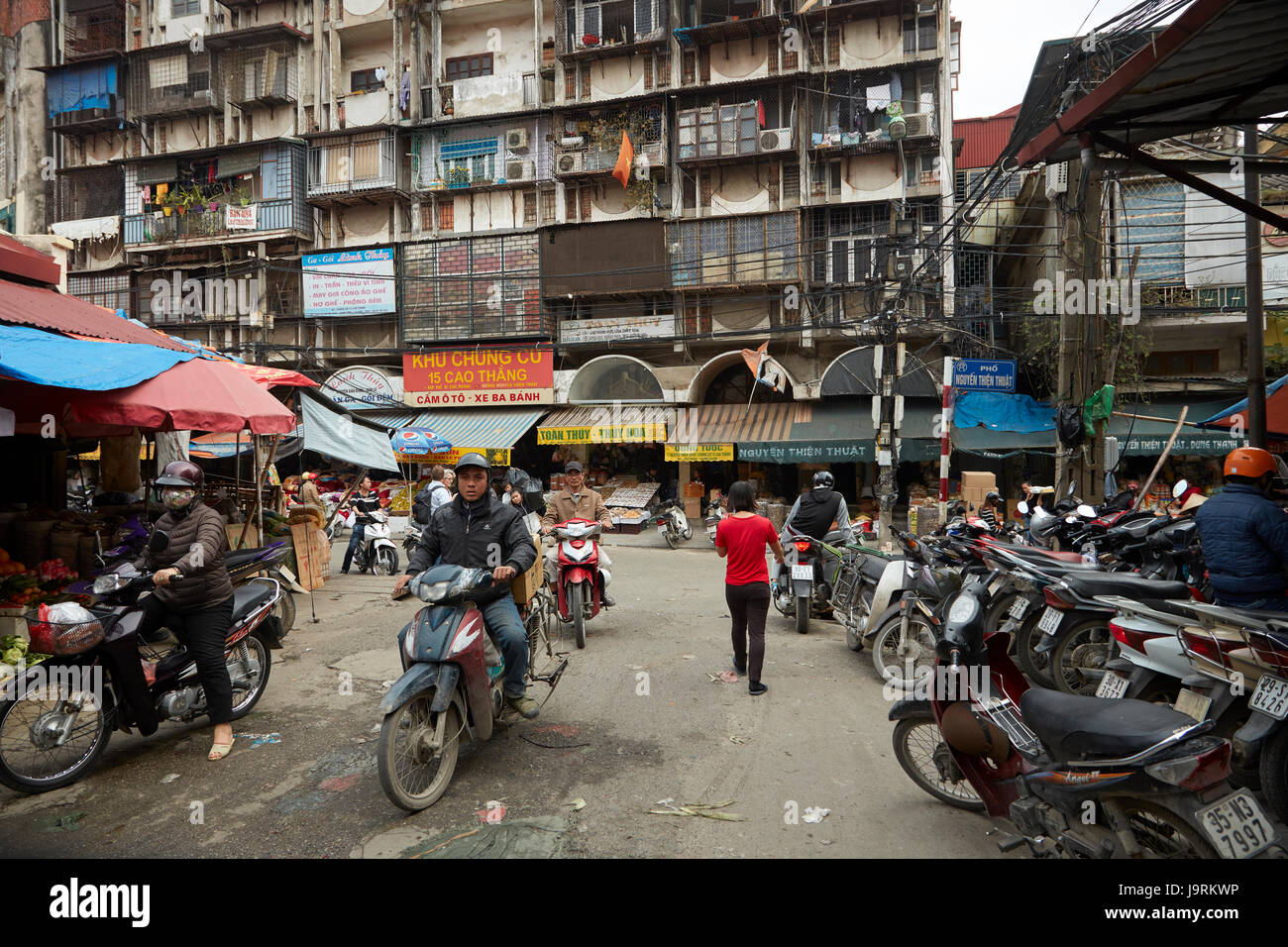 Motorbikes and apartments by Dong Xuan Market, Old Quarter, Hanoi, Vietnam Stock Photo
