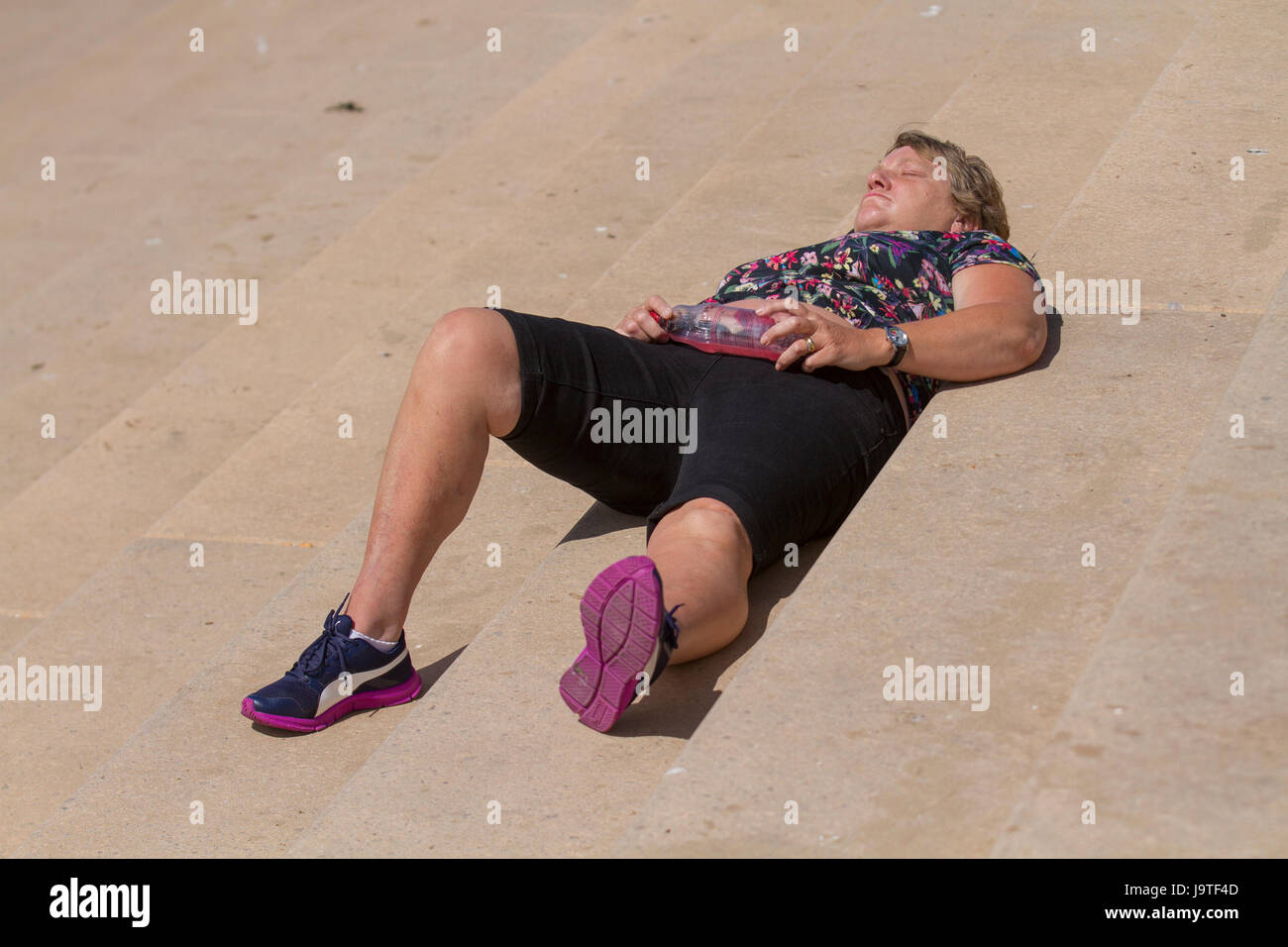 Blackpool, Fylde Coast, Lancashire,   UK Weather.   3rd June, 2017. Holidaymakers head for the resort beach in the - Stock Image