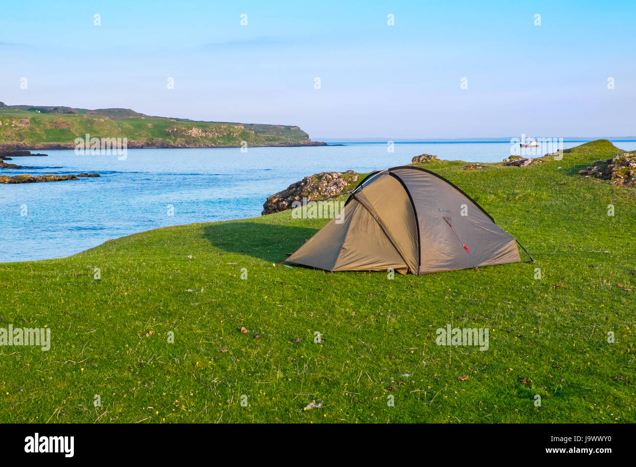A tent at Langamull Bay on the north coast of Mull in the Scottish Hebrides - Stock Image