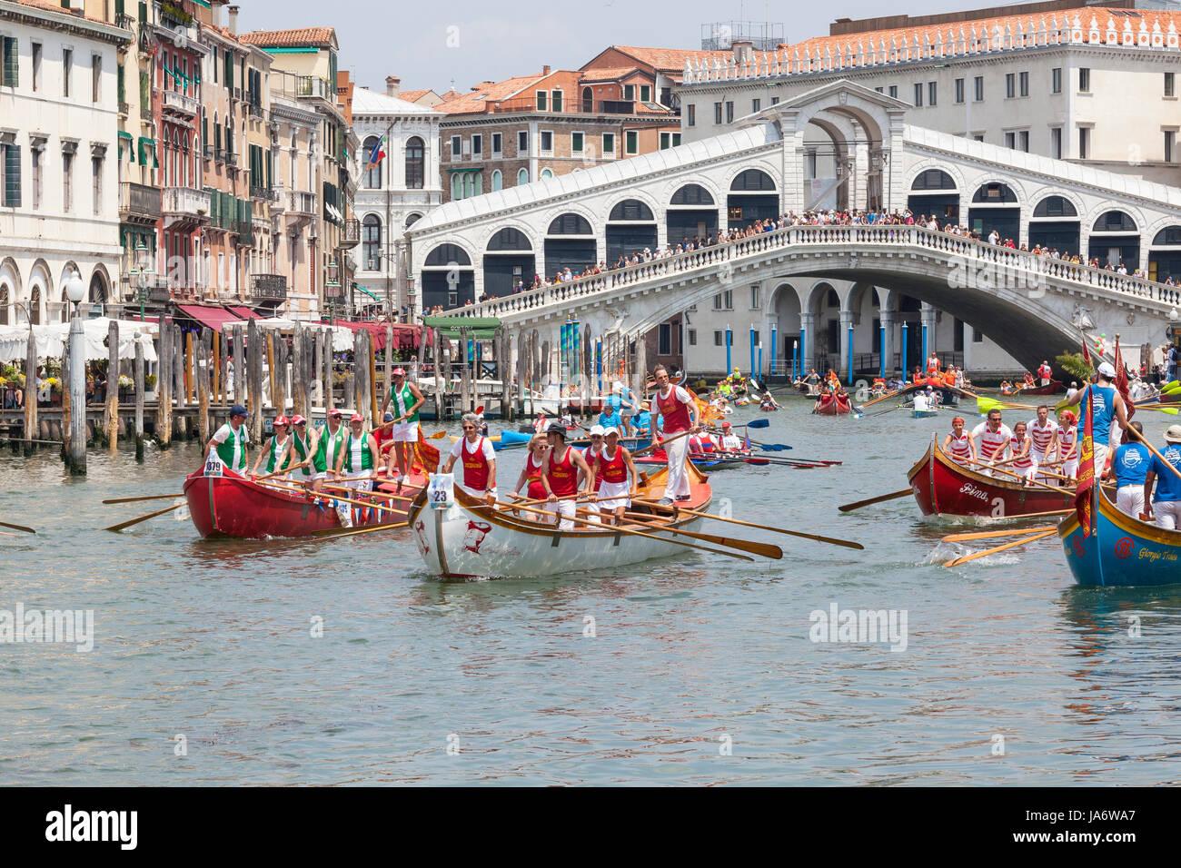 Venice, Veneto, Italy 4th June 2017. The finish of the 43rd Vogalonga regatta with the boats passing under the Rialto - Stock Image