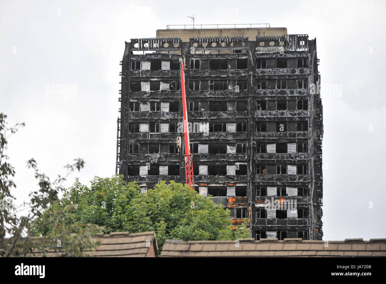 London, UK.  24 August 2017.  The burned out shell of Grenfell Tower stands near the route of the upcoming Notting Stock Photo