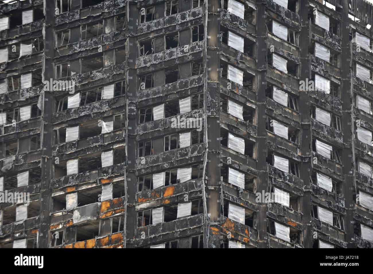 London, UK.  24 August 2017.  The burned out shell of Grenfell Tower stands near the route of the upcoming Notting - Stock Image