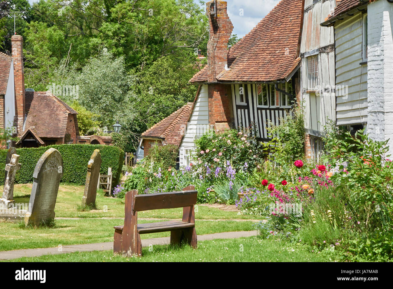 Pretty Tudor cottages bordering the picturesque churchyard at Smarden, Kent, England, United Kingdom, UK, Great - Stock Image