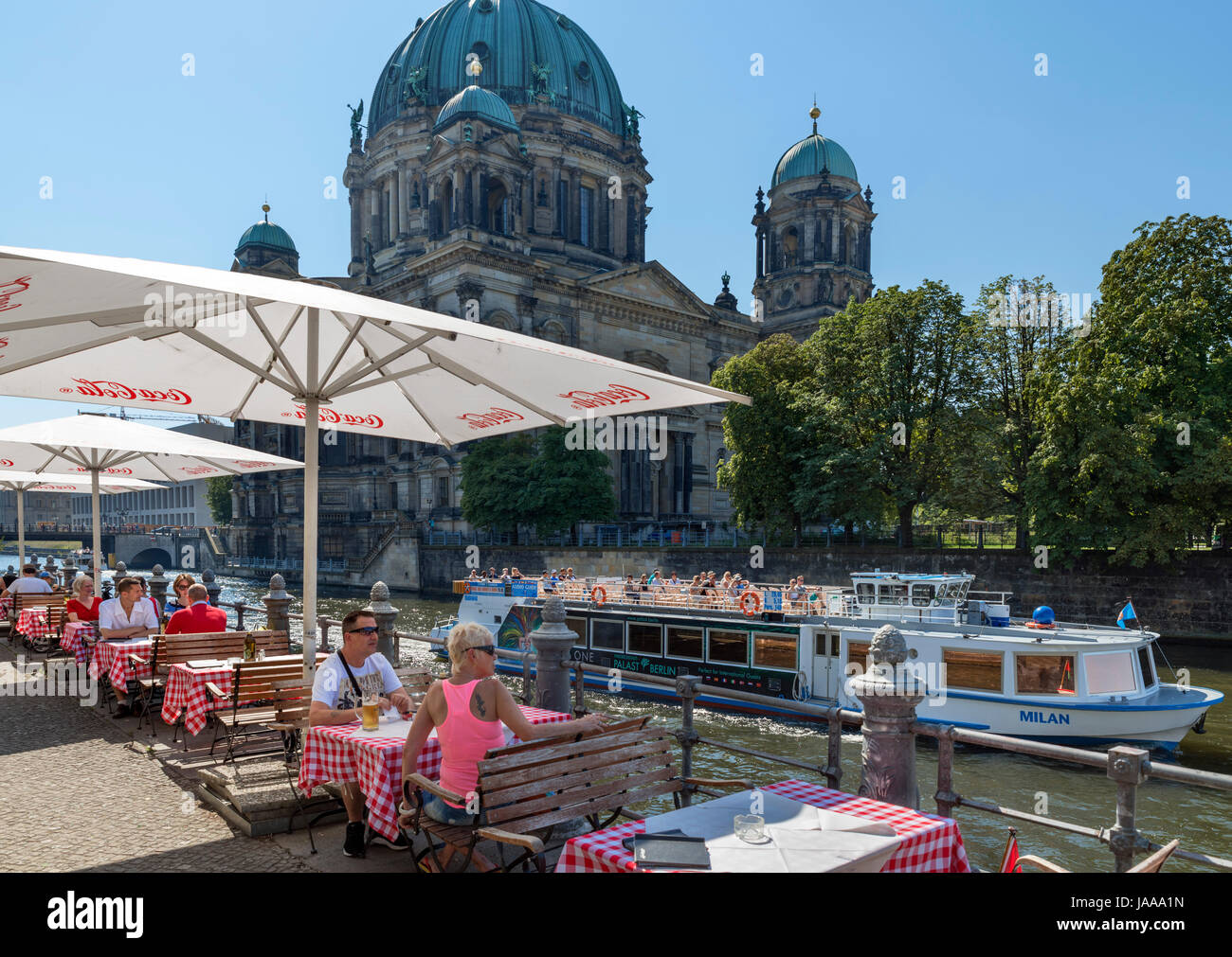Cafe on the banks of the Spree river with the Berliner Dom (Berlin Cathedral) behind, Spreeufer, Nikolaiviertel, - Stock Image