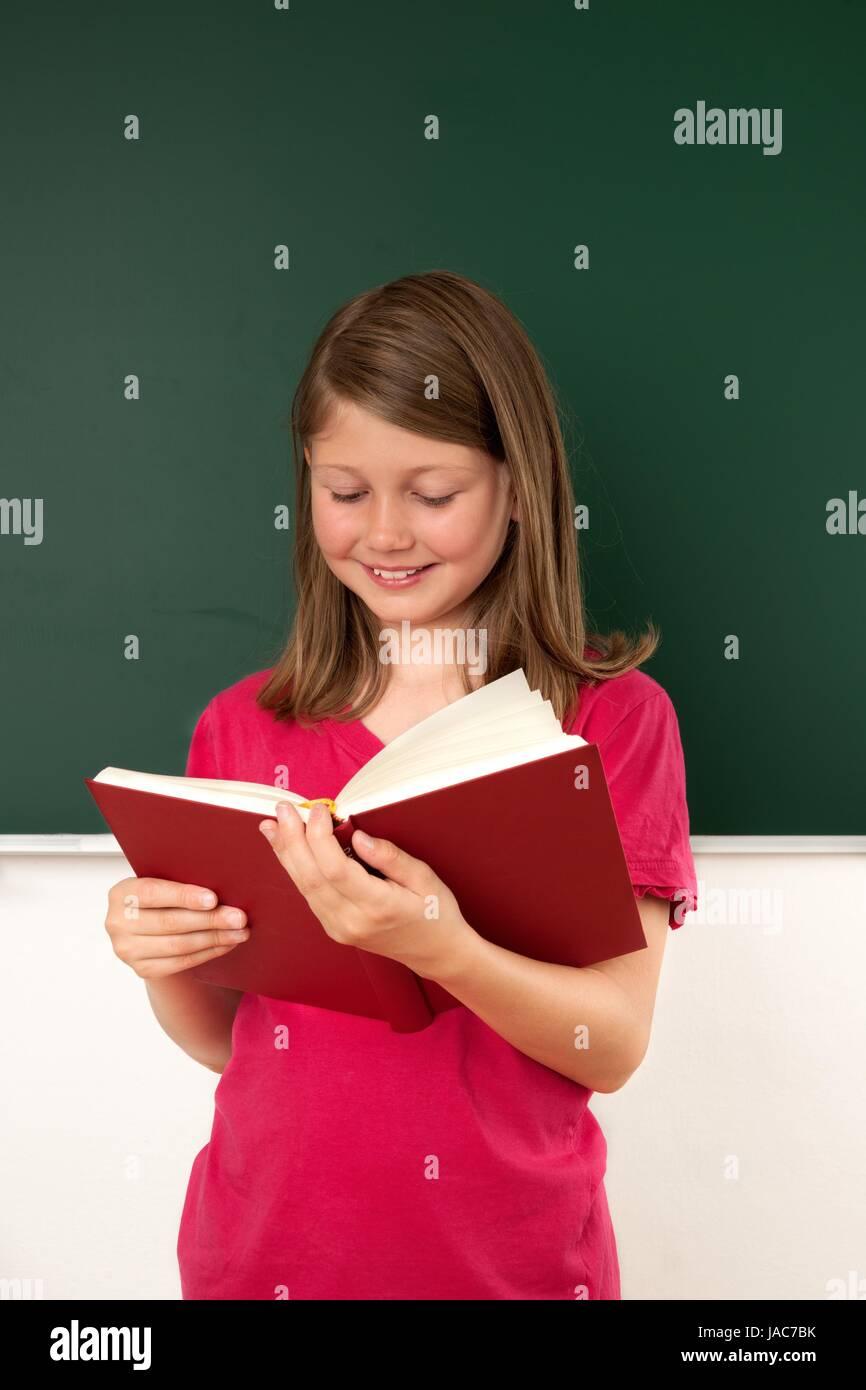 Schülerin, lesen, Klassenzimmer, Mädchen, Kind, freudig, glücklich, lachen, lächeln, Legastheniker, stehen, Note, Stock Photo