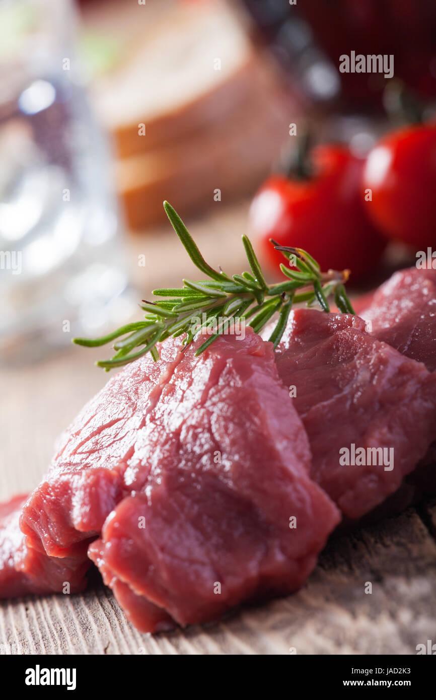Schnitzel,Fleisch, roh, Kalb, Steak, Fleisch, Rindfleisch, Steak, Rosmarin, Kochen, Tomaten, frisch, rot, isoliert, - Stock Image