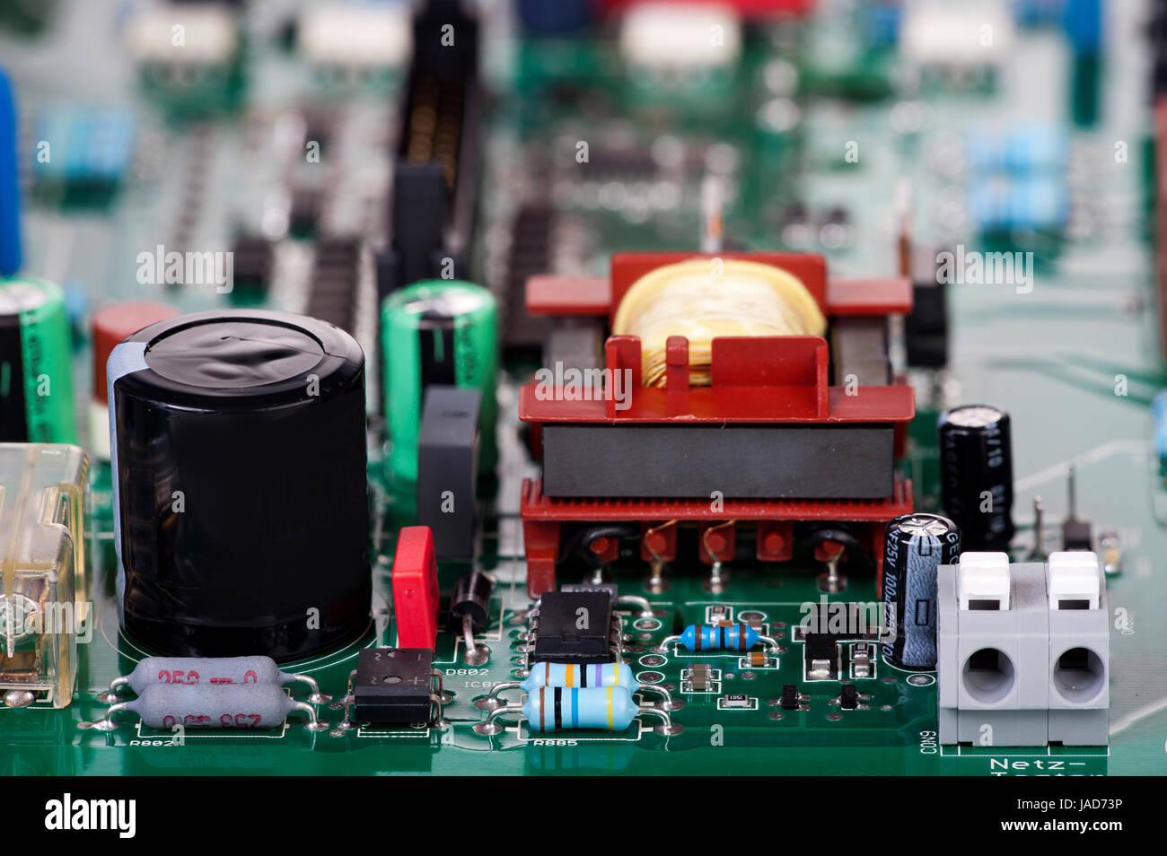 Zahlreiche elektronische Bauteile auf einer Platine - Stock Image