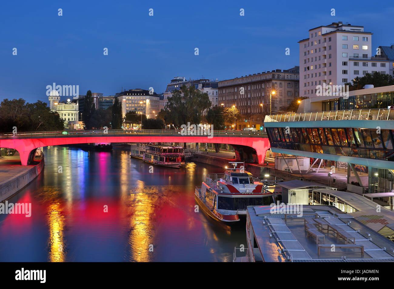 Wien bei Nacht, Donaukanal mit Schiff beim Schwedenplatz ...