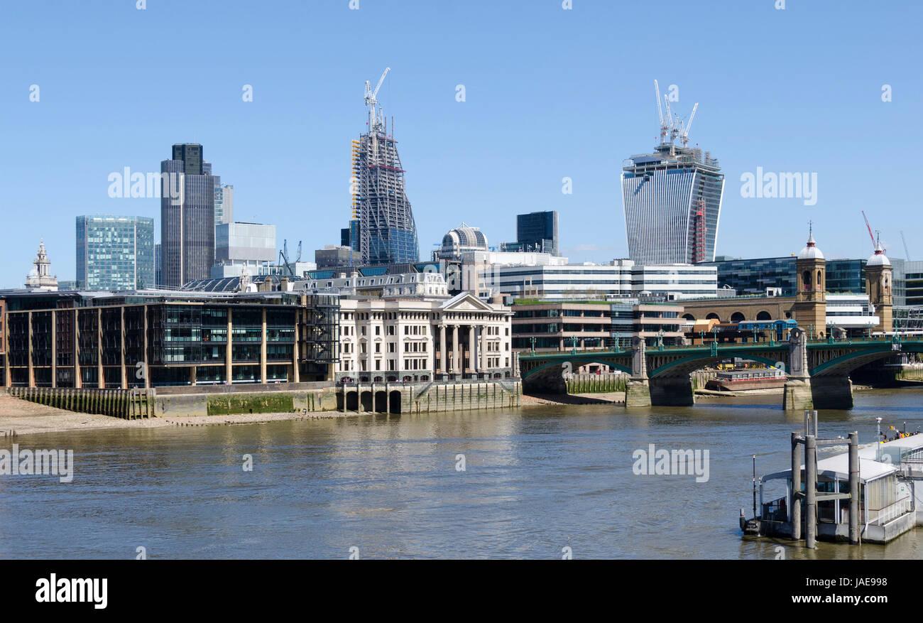 City mit Themse in Bau befindlichen Hochhäusern Walkie Talkie und The Pinnacle sowie Southwark Bridge, London, - Stock Image