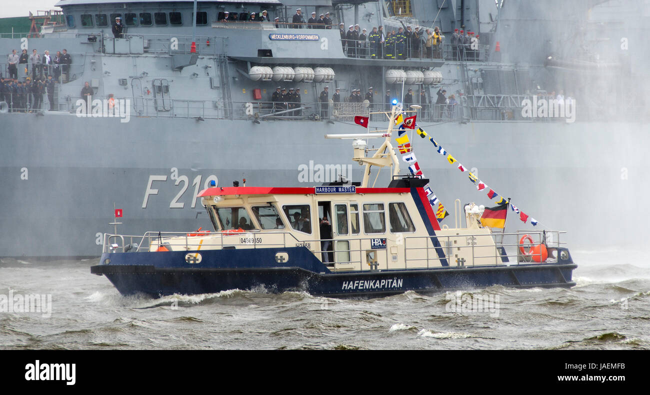 Boot des Hafenkapitäns vor dem deutschem Kriegsschiff Mecklenburg-Vorpommern beim Hafengeburtstag 2012, Hamburg, Stock Photo