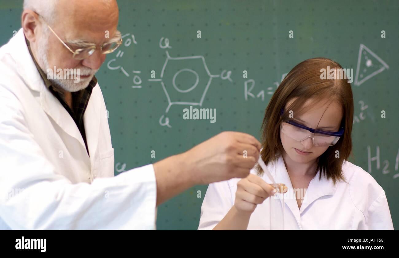 Schüler und Lehrer experimentieren im Labor - Stock Image