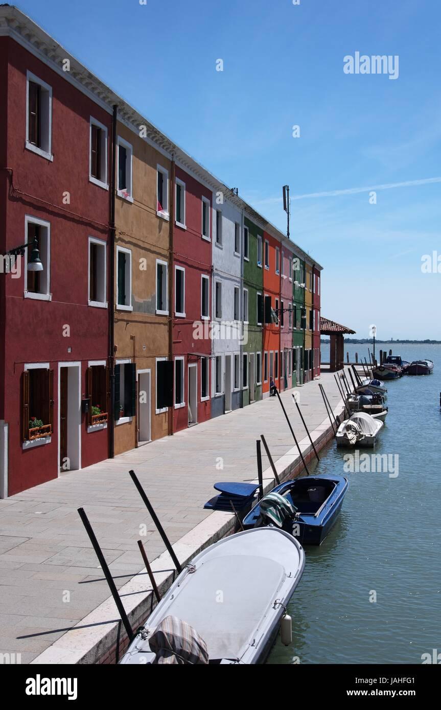 Farbige Häuser auf Burano in einer Reihe Stock Photo