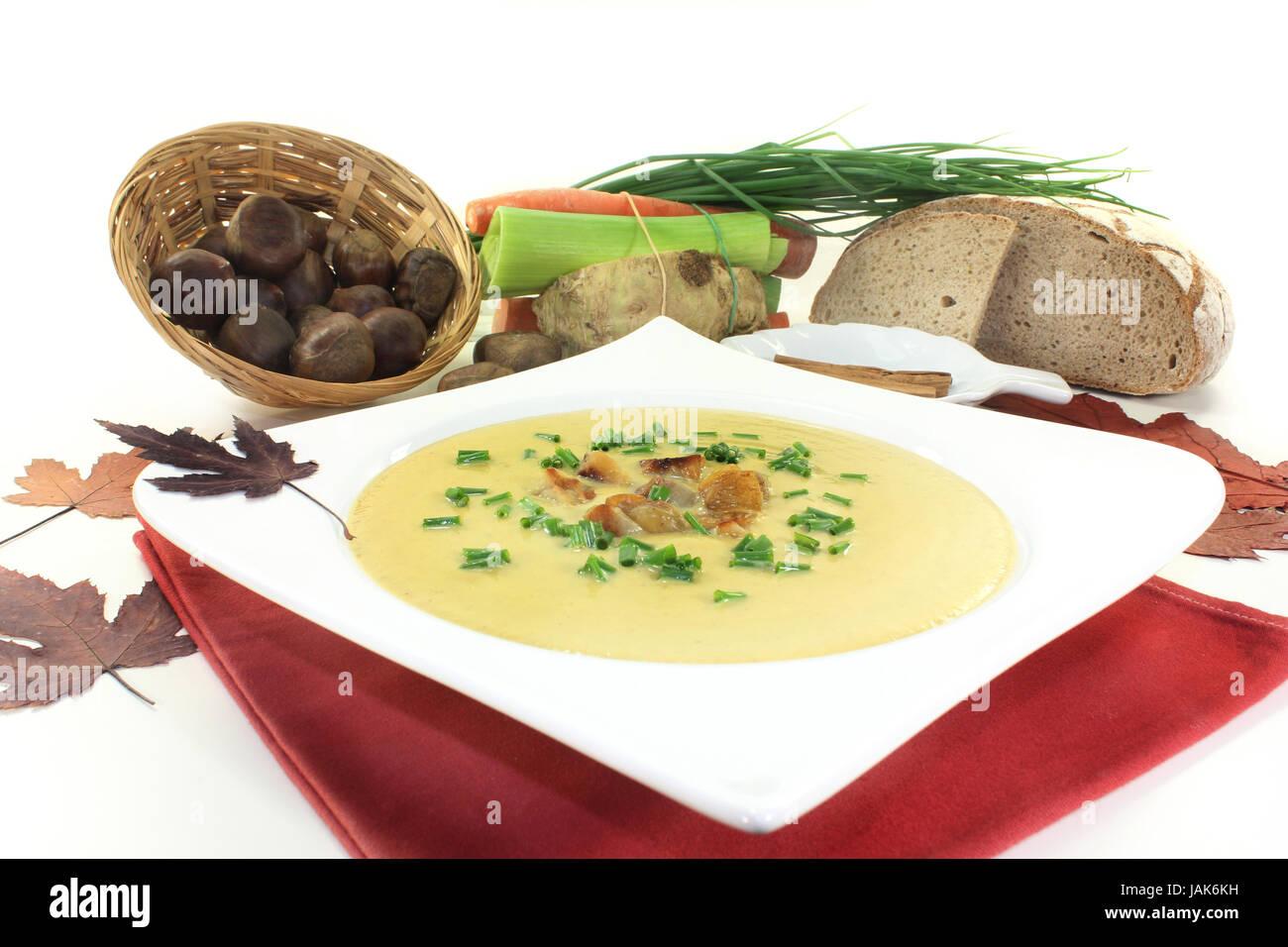 ein Teller Maronensuppe mit gerösteten Maronen und Schnittlauch - Stock Image