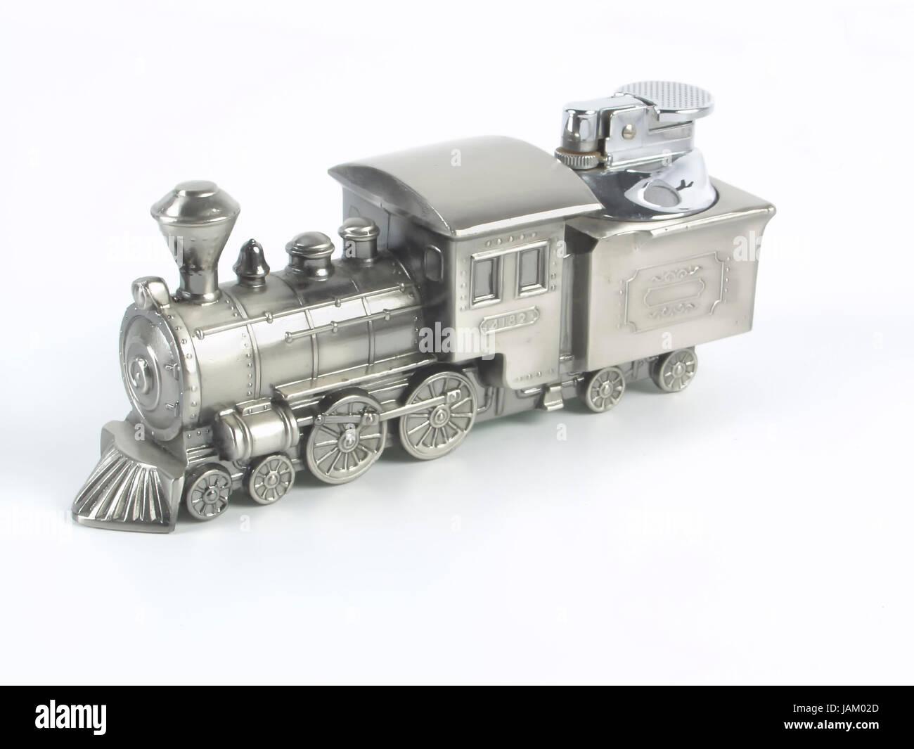 Altmodisches Tischfeuerzeug in Form einer Dampflokomotive vor weißem Hintergrund - Stock Image