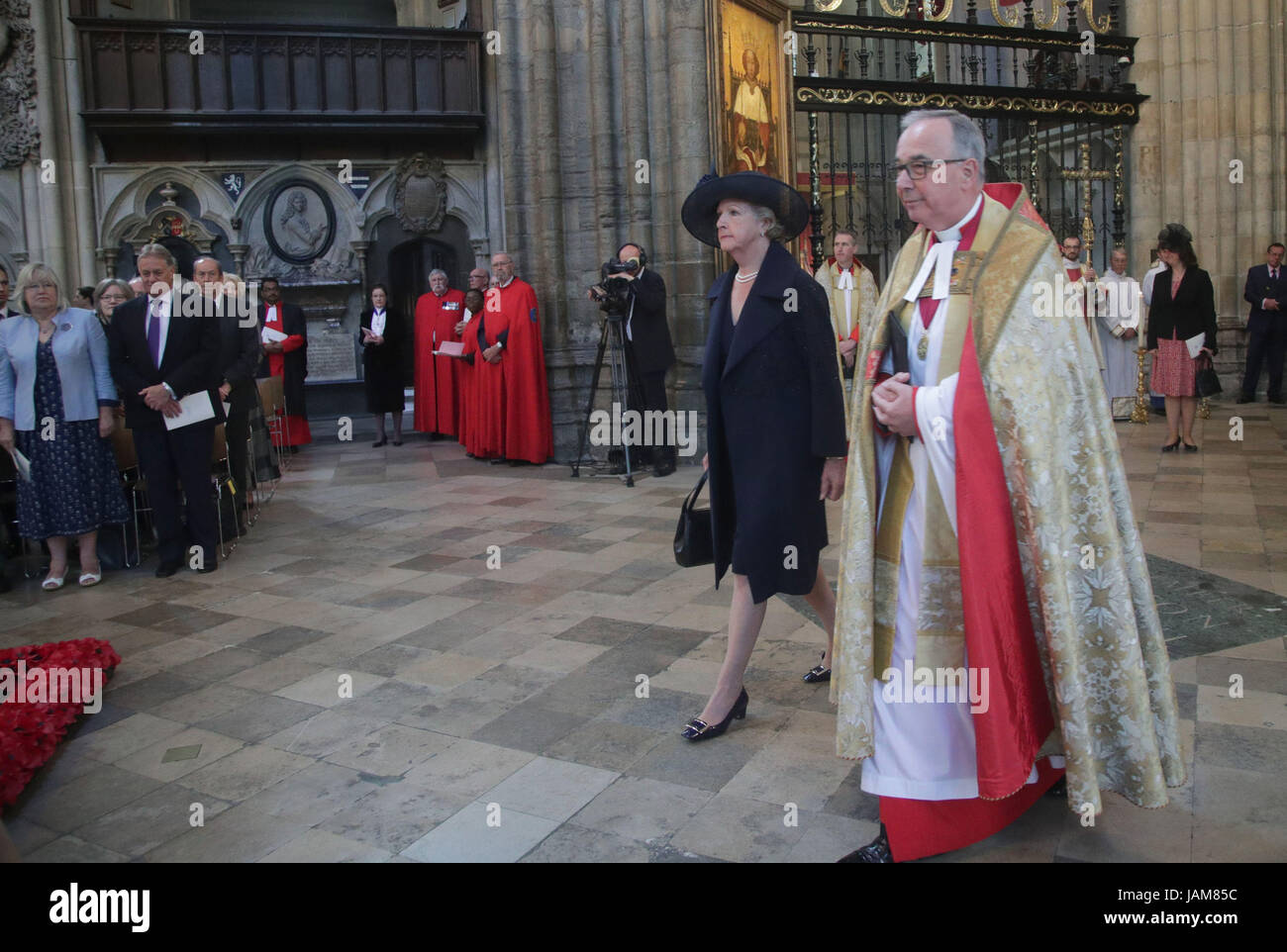 Penelope Keith in Westminister Abbey, London ahead of Service of Thanksgiving for the Life and Work of the Ronnie - Stock Image