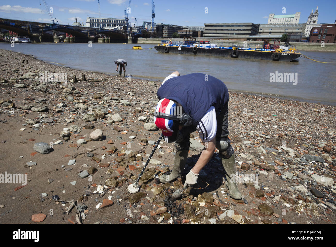 England,London,Southwark,search with metal detector on the Thames shore, - Stock Image