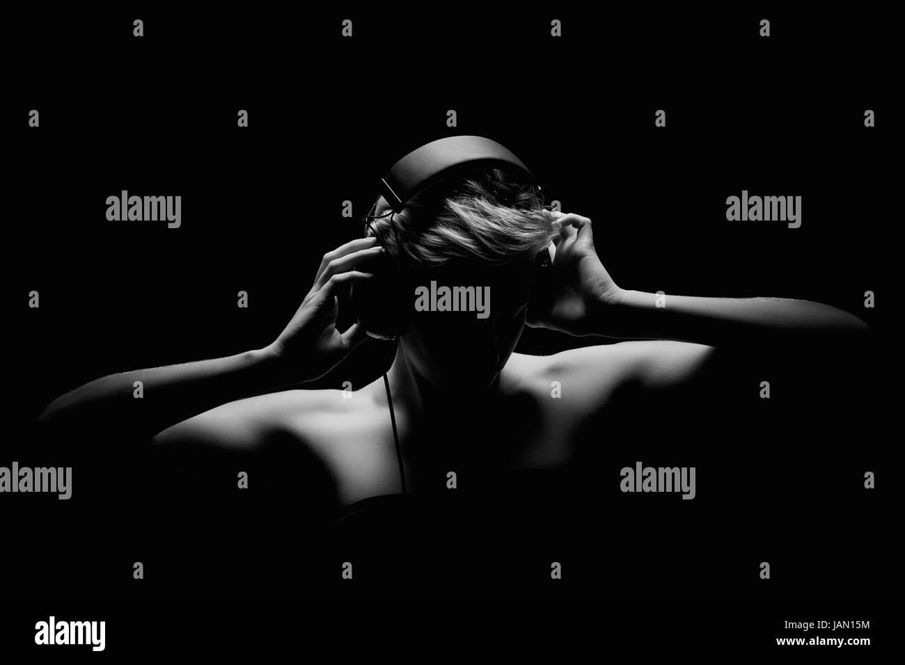 junge frau beim musik hören in schwarz weiß Stock Photo