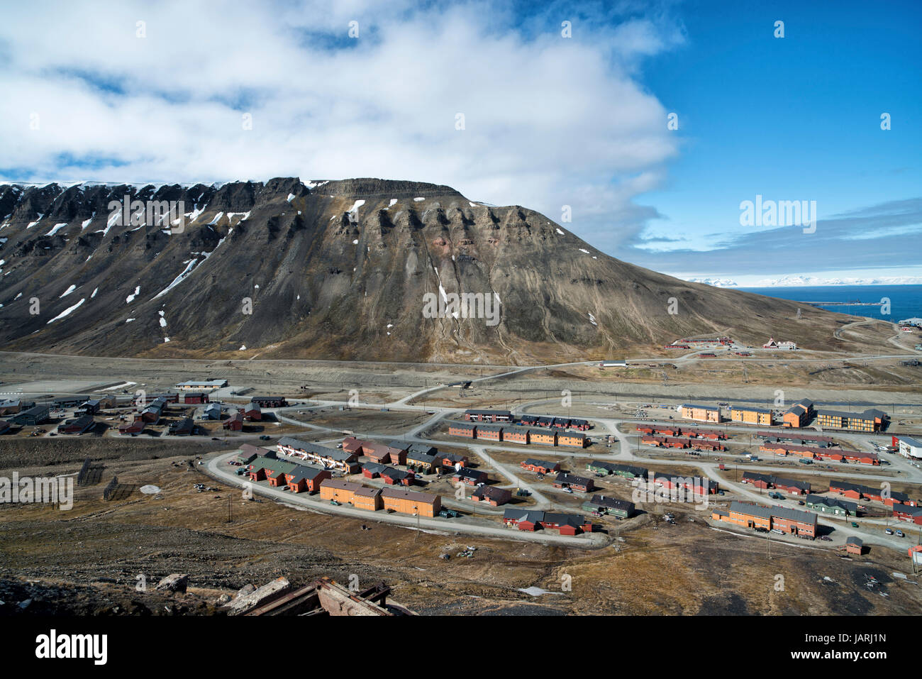 Panoramic view of Longyearbyen and Platåberget. Blick auf Longyearbyen und Platåberget. - Stock Image
