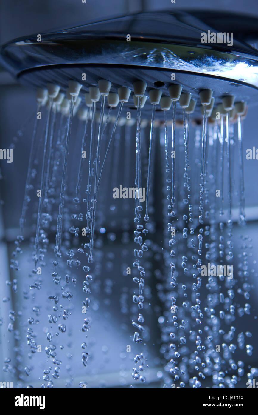 fließendes Wasser aus einer Duschbrause Stock Photo