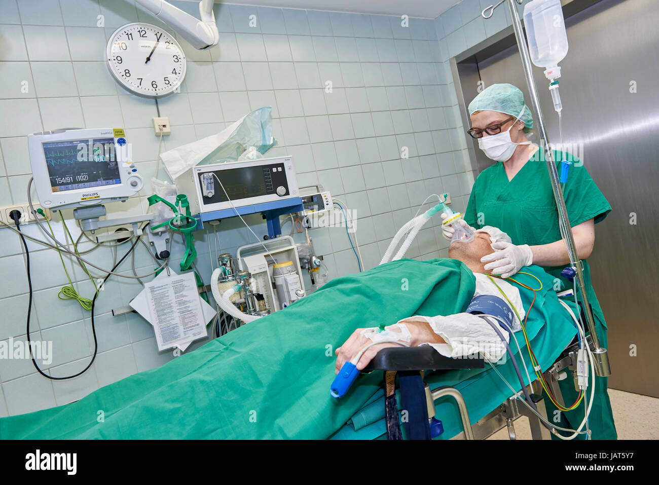 anesthetist anesthetize patient before operation - Stock Image