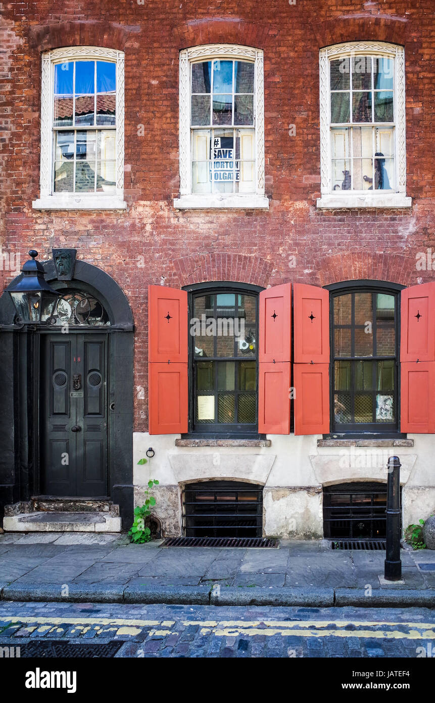 Front view of Dennis Severs House, a preserved Huguenot house at 18 Folgate Street in East London,  where families - Stock Image