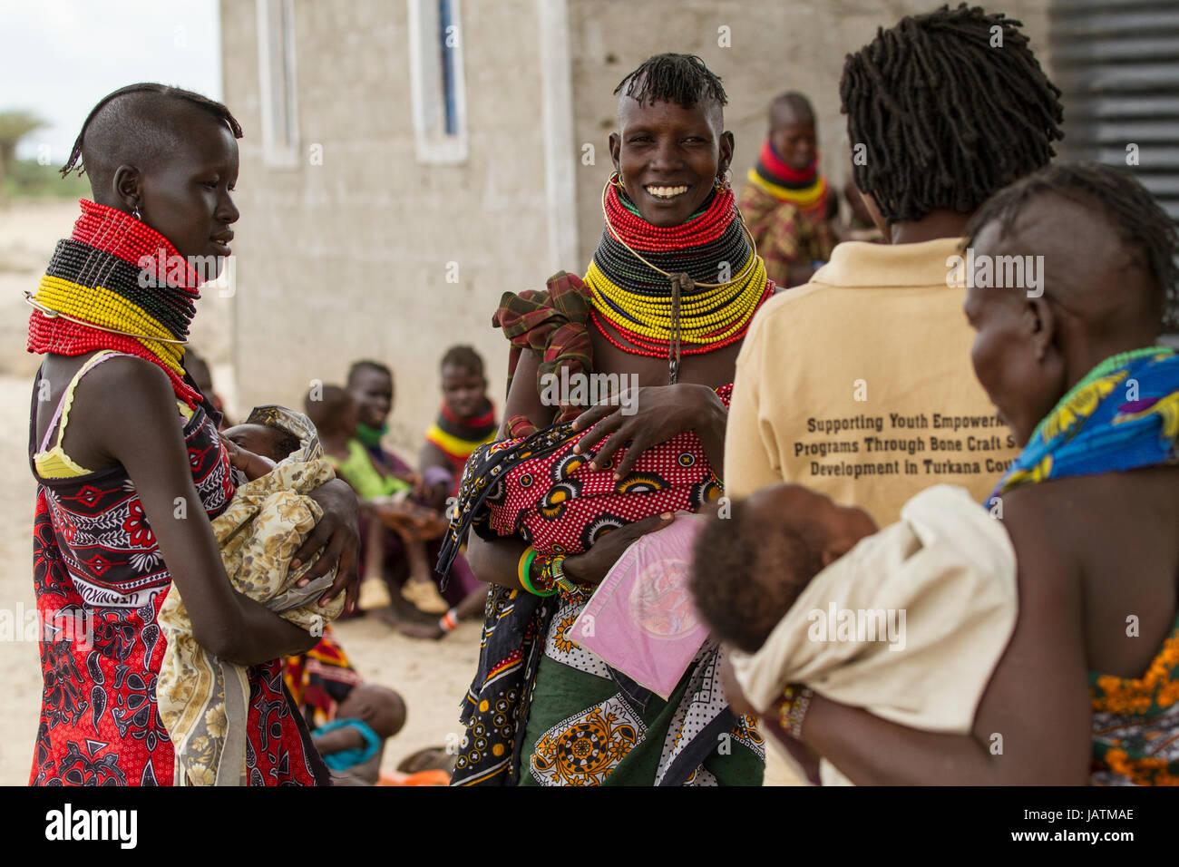 Women and babies attending a maternal health clinic, Turkana, Kenya, Africa - Stock Image