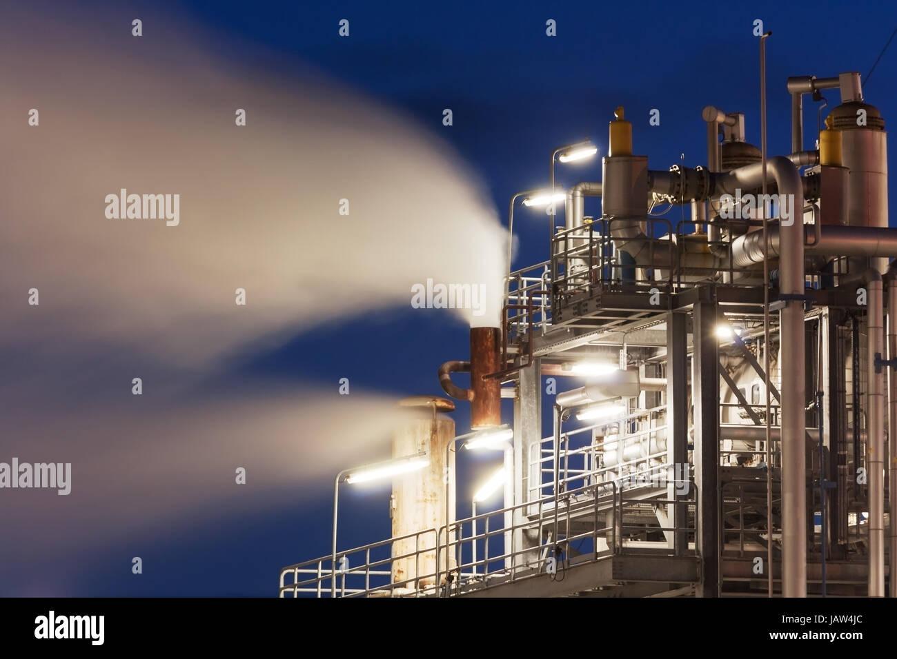 Raffinerie mit Wasserdampf bei Nacht    Oil refinery wiht water vapor, petrochemical industry night scene - Stock Image
