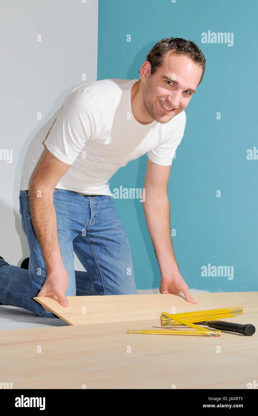 Verlegen , Laminat,parkett, mann, handwerker, heimwerker, fußboden, boden, zimmer, verlegung, raum, renovierung, Stock Photo