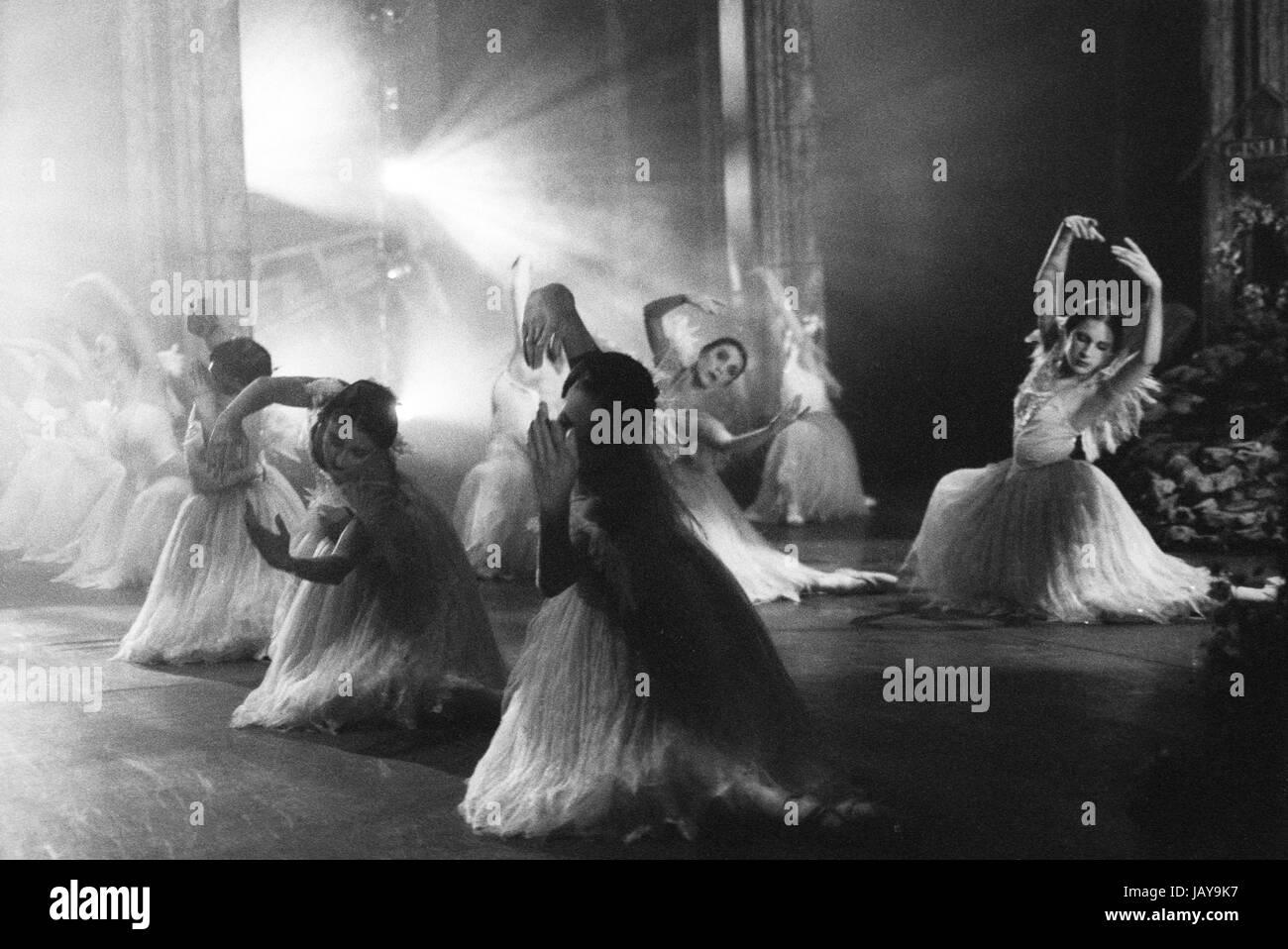 Birmingham Royal Ballet (BRB) corps wilis in Galina Samsova's Giselle, Act II. Music: Adolphe Adam. - Stock Image