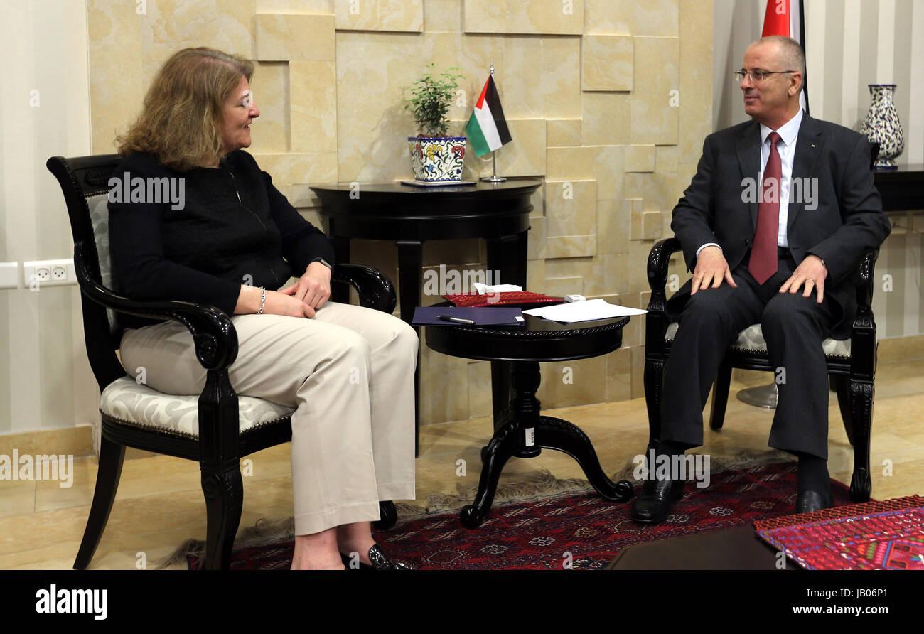 Ramallah, West Bank, Palestinian Territory. 8th June, 2017. Palestinian Prime Minister Rami Hamdallah meets with - Stock Image