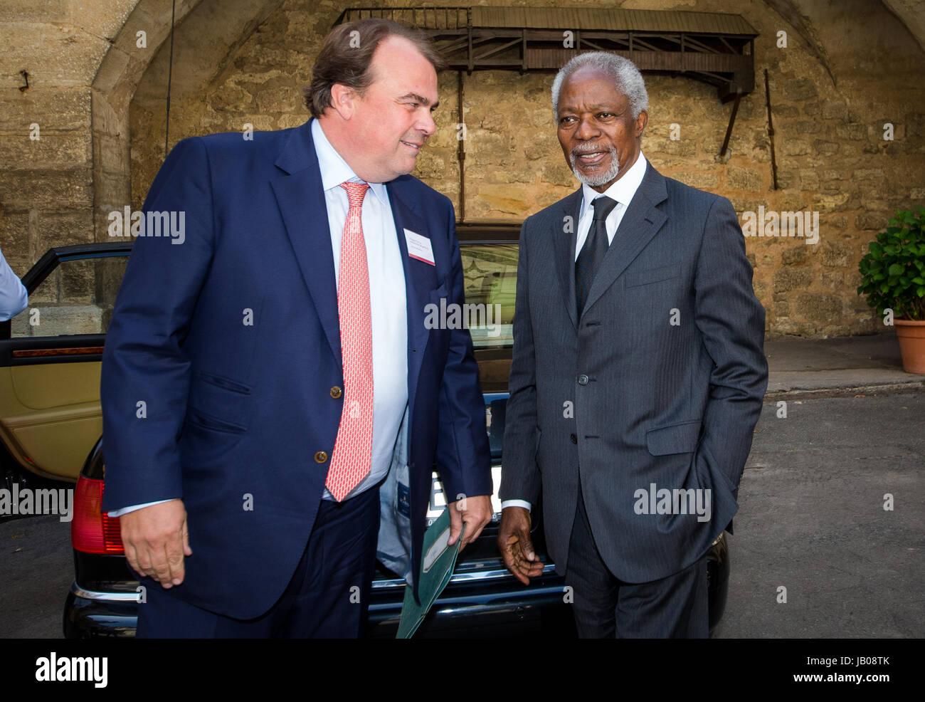 Langenburg, Germany. 8th June, 2017. Philipp, prince of Hohenlohe-Langenburg (l) recives Kofi Annan, former secretary - Stock Image
