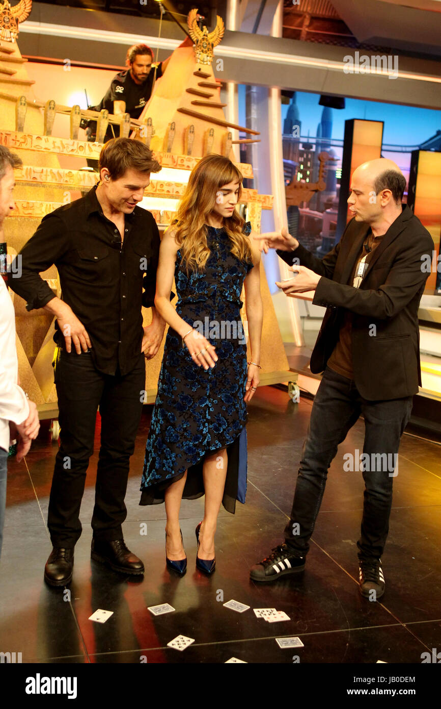 """Actors Tom Cruise and Sofia Boutella during the television program """"El  Hormiguero"""" in Madrid on Monday, May 29, 2017"""