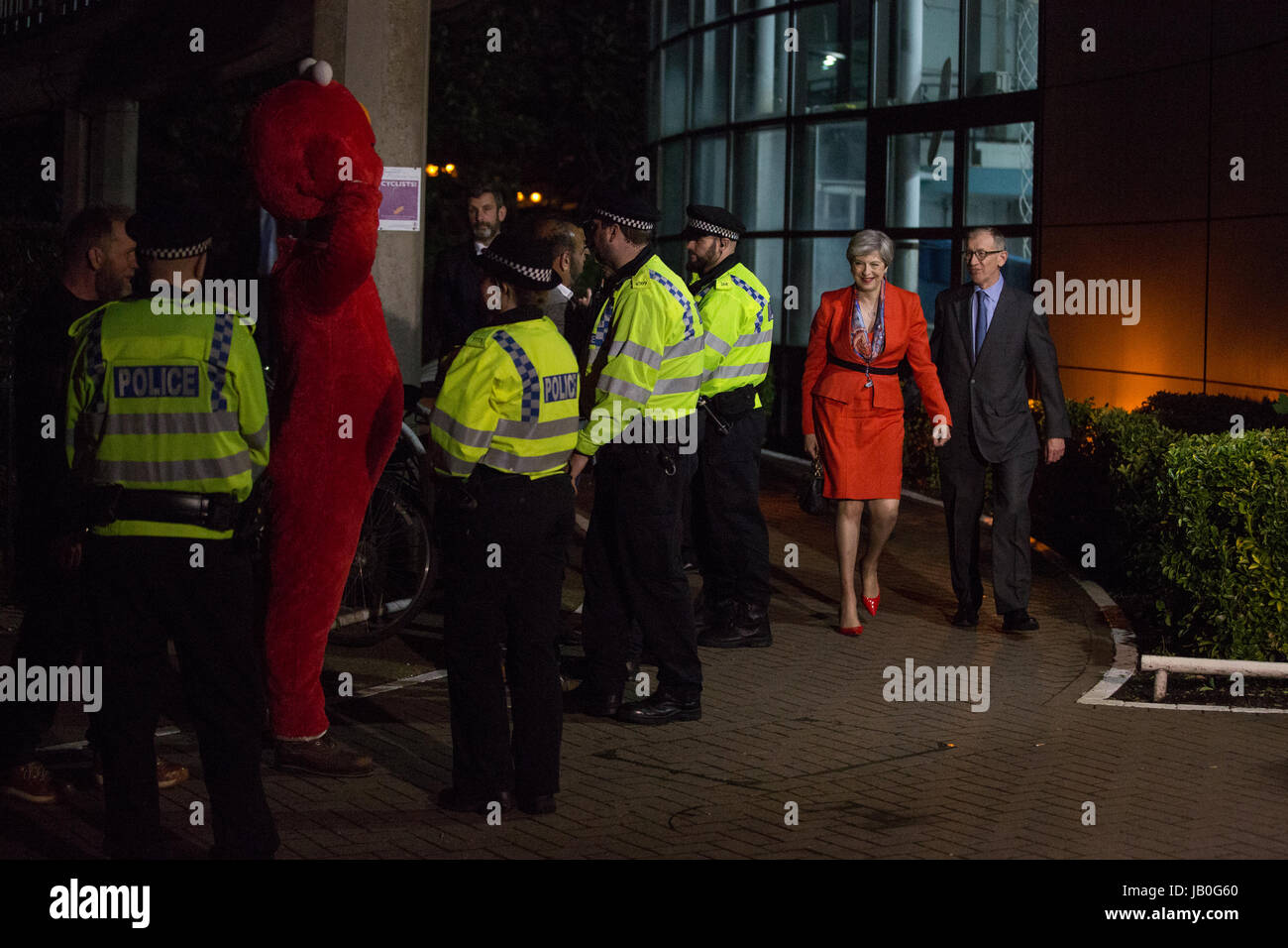 Maidenhead, UK. 9th June, 2017. Theresa May arrives at the count for the Maidenhead constituency with her husband Stock Photo