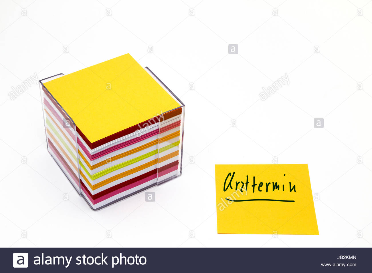 Notitzklotz mit vielen unterschiedlich bunten Merkzetteln Stock Photo