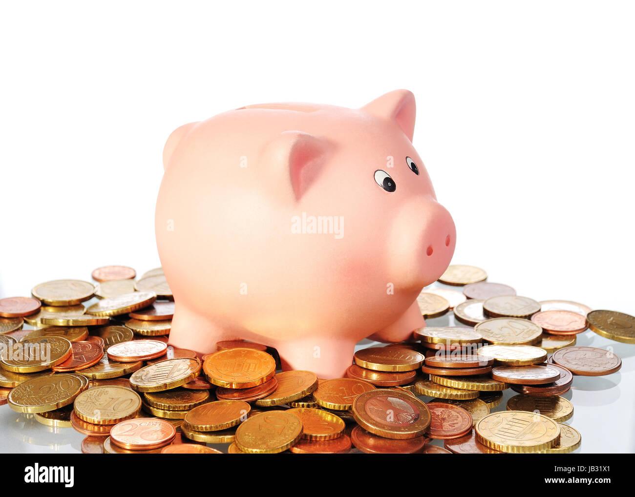 Sparschwein in einer Fläche aus Euro Münzen vor weißem Hintergrund - Stock Image