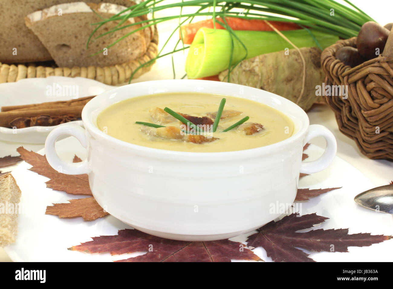 frische leckere Maronensuppe mit Schnittlauch vor hellem Hintergrund - Stock Image