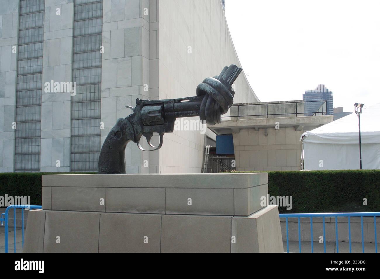 Statue eines Colt Python Revolvers (einer zivilen Waffe), dessen Lauf zu einem Knoten gebogen ist, vor dem Gebäude - Stock Image