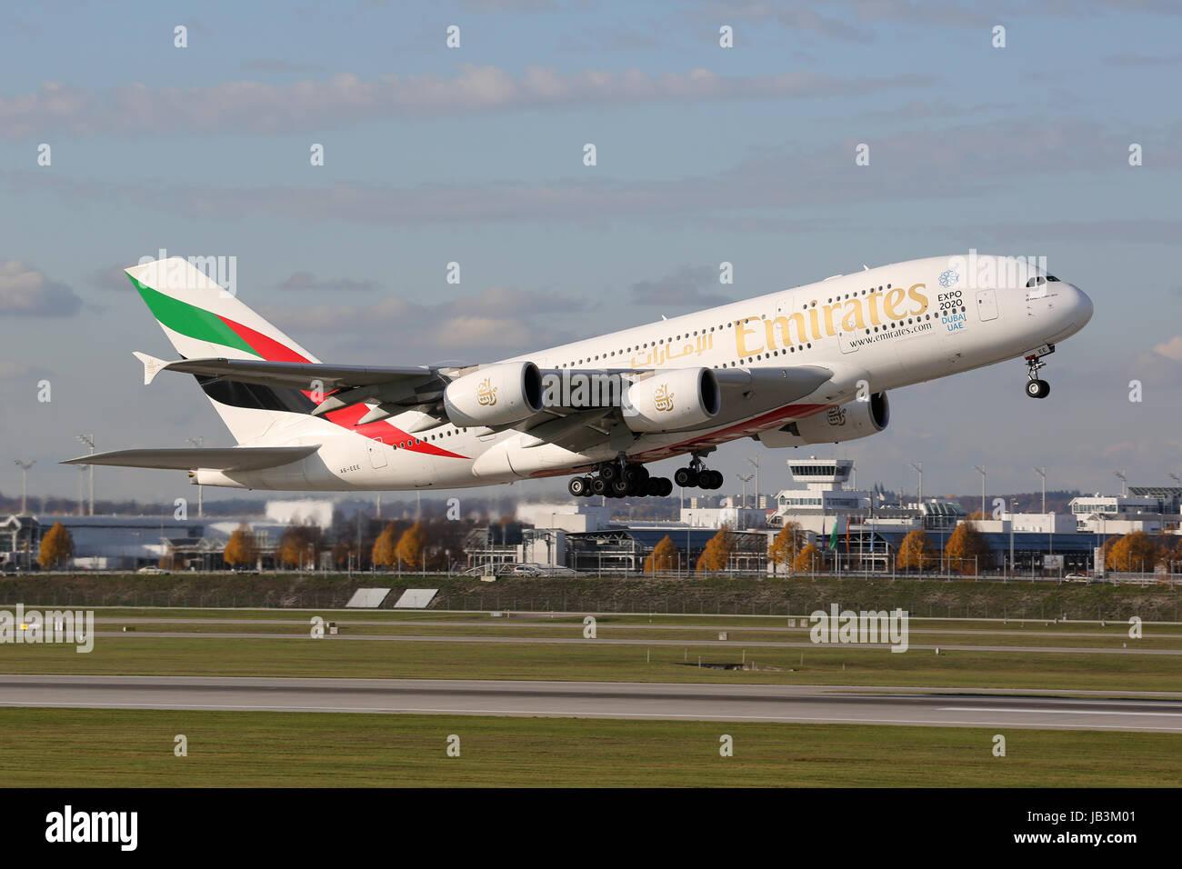 München, Deutschland - 24. Oktober 2013: Ein Airbus A380 der Emirates mit der Kennung A6-EEE startet vom Flughafen - Stock Image